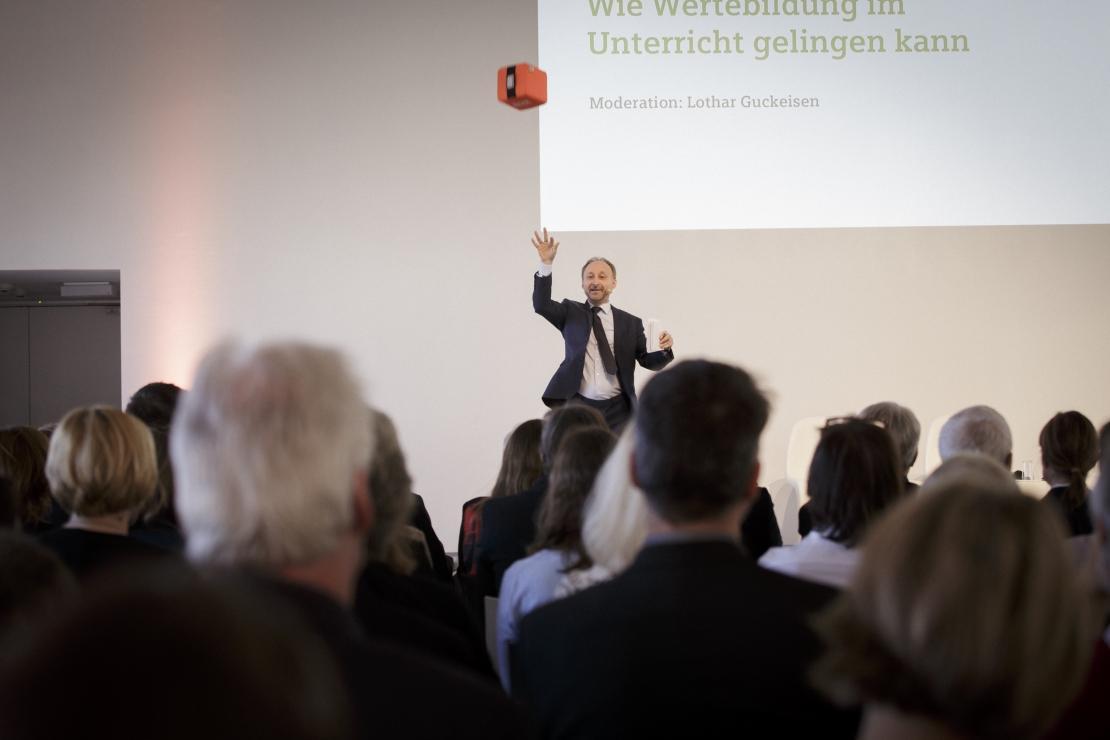 """""""Welche Werte sind für Sie wichtig?"""" – Moderator Lothar Guckeisen eröffnet die Fachtagung MINT und Werte."""