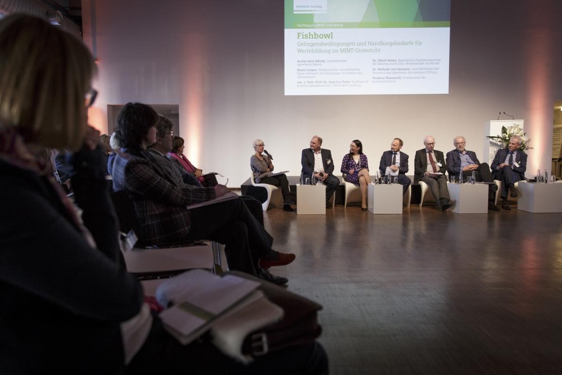 Fishbowl-Diskussion mit Stephan Wassmuth, Dr. Nathalie von Siemens, Heinz Lingen, em. o. Univ.-Prof. Dr. Jean-Luc Patry und Dr. Ulrich Seiser.